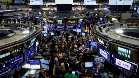 Traders gather for the IPO of Singapore-based Sea Limited on the floor of the New York Stock Exchange (NYSE) in New York, U.S., October 20, 2017. REUTERS/Brendan McDermid - RC1D624BF8C0